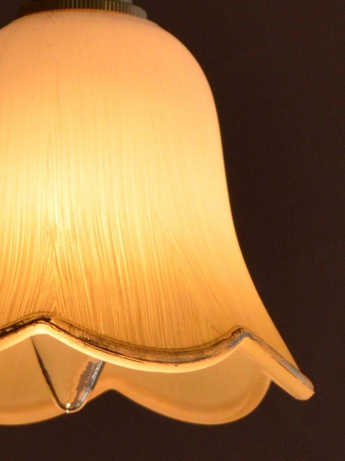 ペンダントライト 照明・ライティング お花の形をした可愛いガラスのペンダントライトセット(コード付き・電球・ギャラリーなし) 夜になって灯りを点けると・・・ガラスのシェードはとても優しい雰囲気。(pl-306)