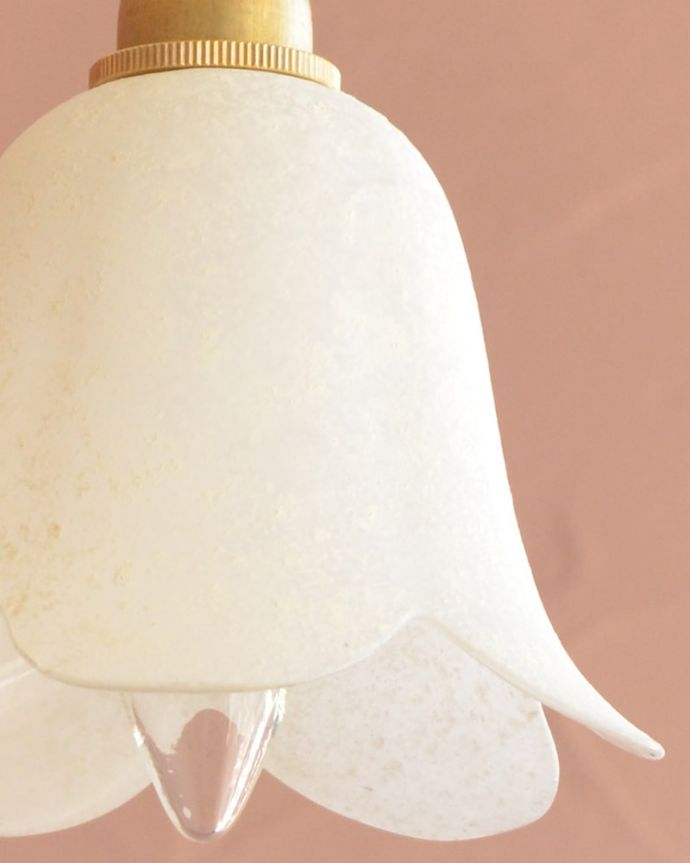 ペンダントライト 照明・ライティング お花の形をした可愛いガラスのペンダントライトセット(コード付き・電球・ギャラリーなし) 1つ1つ微妙に違っていますシェードは手作りなので、誤差があったり、気泡やキズ、汚れが入っている場合もあります。(pl-307)