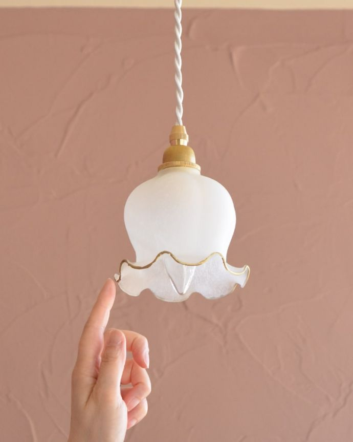 ペンダントライト 照明・ライティング すずらんのお花の形をした可愛いガラスのペンダントライト(コード・丸球・ギャラリーなし) 可愛らしいデザイン&サイズ灯りが点いていない時も可愛いフォルムでお部屋を彩ってくれます。(pl-308)
