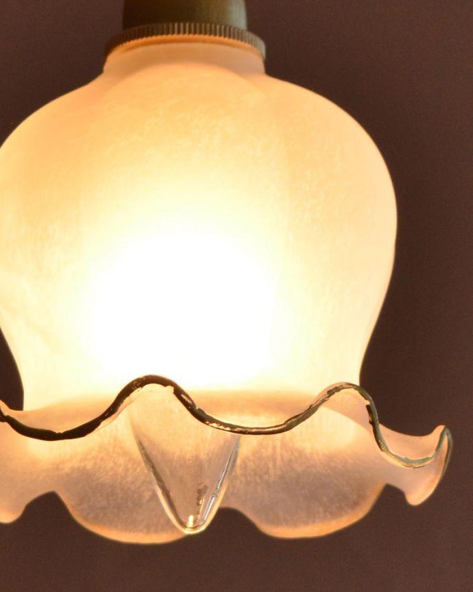 ペンダントライト 照明・ライティング すずらんのお花の形をした可愛いガラスのペンダントライト(コード・丸球・ギャラリーなし) 夜になって灯りを点けると・・・ガラスのシェードはとても優しい雰囲気。(pl-308)