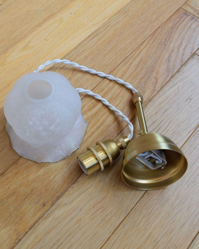 ペンダントライト 照明・ライティング すずらんのお花の形をした可愛いガラスのペンダントライト(コード・丸球・ギャラリーなし)。すぐに取り付けOKシェード、コード、電球1個、を全てセットでお届けするので届いてすぐに取り付け出来ます。(pl-277)