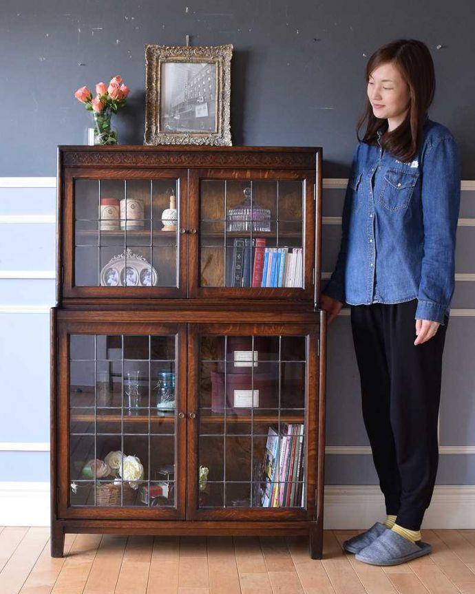 アンティークのキャビネット アンティーク家具 美しい英国アンティーク家具、ガラス扉がお洒落なブックケース(ガラスキャビネット)。ステンドグラスの扉が美しいキャビネット扉がステンドグラスになっているから、キャビネットとステンドグラスの両方を一気に手に入れることが出来ちゃうんです。(q-1488-f)