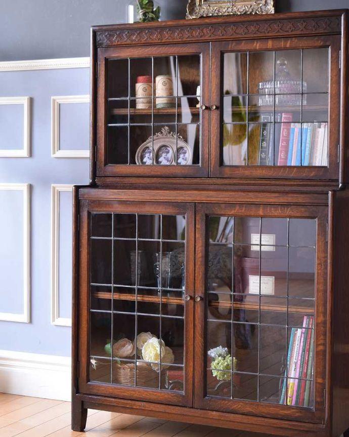 アンティークのキャビネット アンティーク家具 美しい英国アンティーク家具、ガラス扉がお洒落なブックケース(ガラスキャビネット)。まずはステンドグラスを楽しみましょう現代のように機械が発達していない時代に作られたステンドグラス。(q-1488-f)