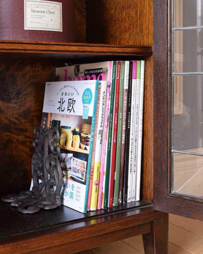 アンティークのキャビネット アンティーク家具 美しい英国アンティーク家具、ガラス扉がお洒落なブックケース(ガラスキャビネット)。扉の中は収納たっぷりA4サイズの雑誌までしっかり収納出来ちゃう大きさ。(q-1488-f)