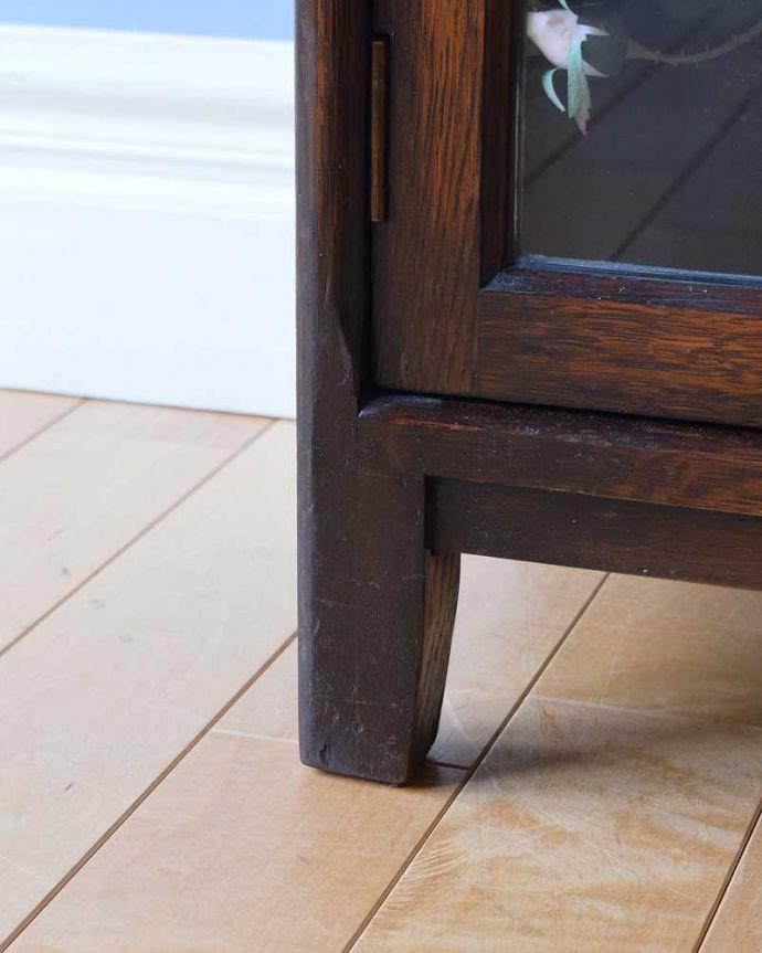 アンティークのキャビネット アンティーク家具 美しい英国アンティーク家具、ガラス扉がお洒落なブックケース(ガラスキャビネット)。女性1人でもラクに運べちゃうヒミツHandleのアンティークは、脚の裏にフェルトキーパーをお付けしているので、床を滑らせれば女性でも移動がカンタンに出来ます!ご安心下さい。(q-1488-f)