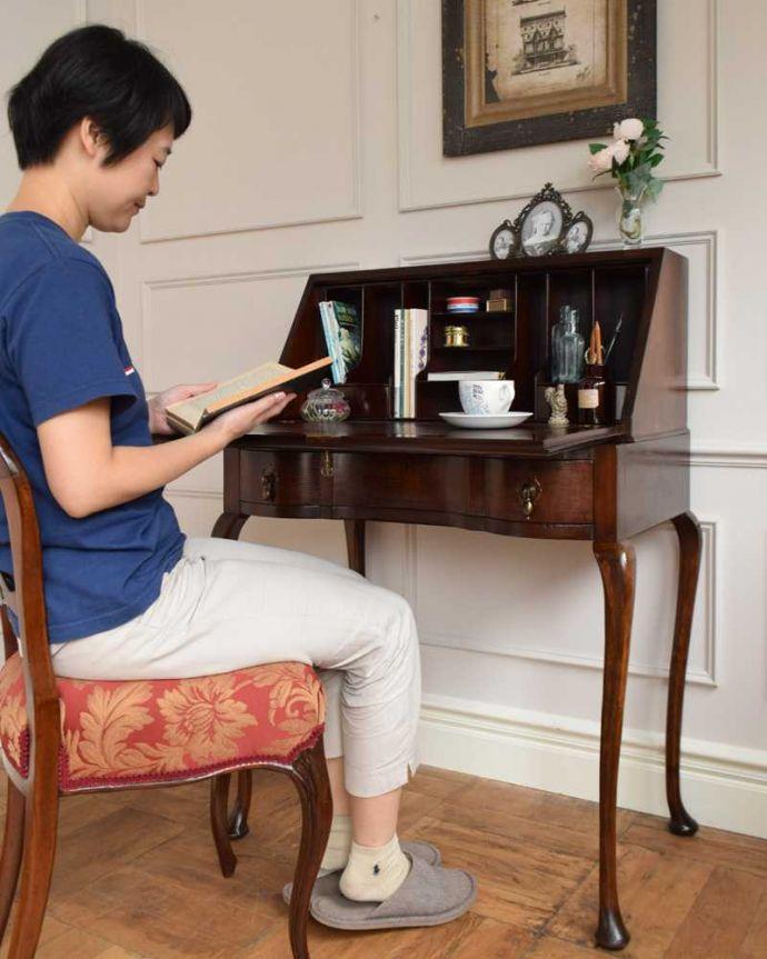 q-1579-f アンティークビューローのモデル入り(椅子に座って)