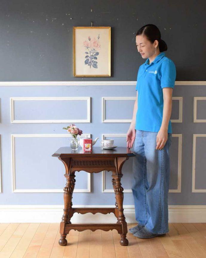 q-1604-f 英国アンティークコーヒーテーブルのモデル入り