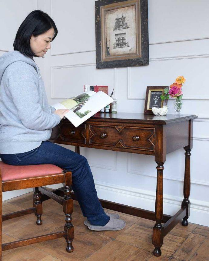 q-1615-f アンティークホールテーブルのモデル入り(座って)