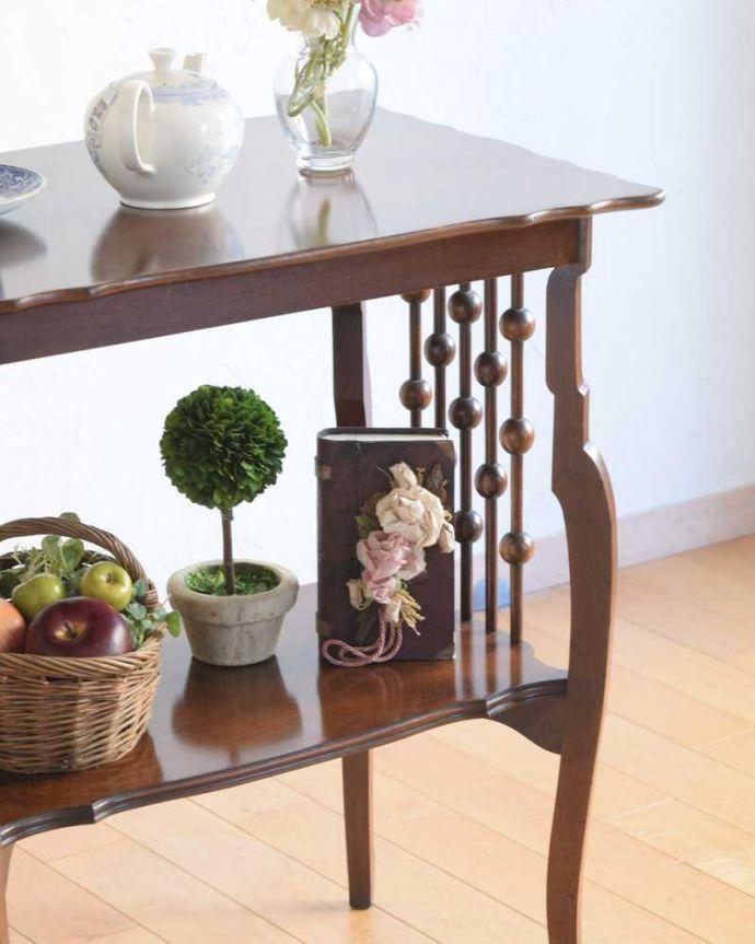 アンティーク家具 天板のかたちも優雅なアンティーク家具、イギリスで見つけたサイドテーブル。上品で優雅なアンティーク凛とした雰囲気が漂うアンティークらしい立ち姿のテーブル。(q-1627-f)