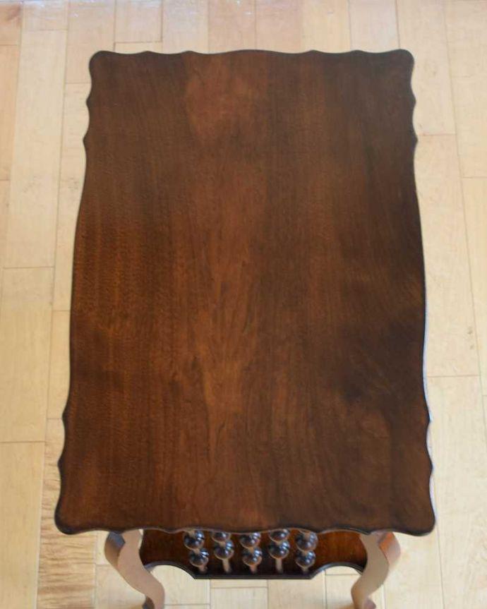 アンティーク家具 天板のかたちも優雅なアンティーク家具、イギリスで見つけたサイドテーブル。天板の形を見てみると・・・テーブルの形を上から見ると、こんな感じです。(q-1627-f)