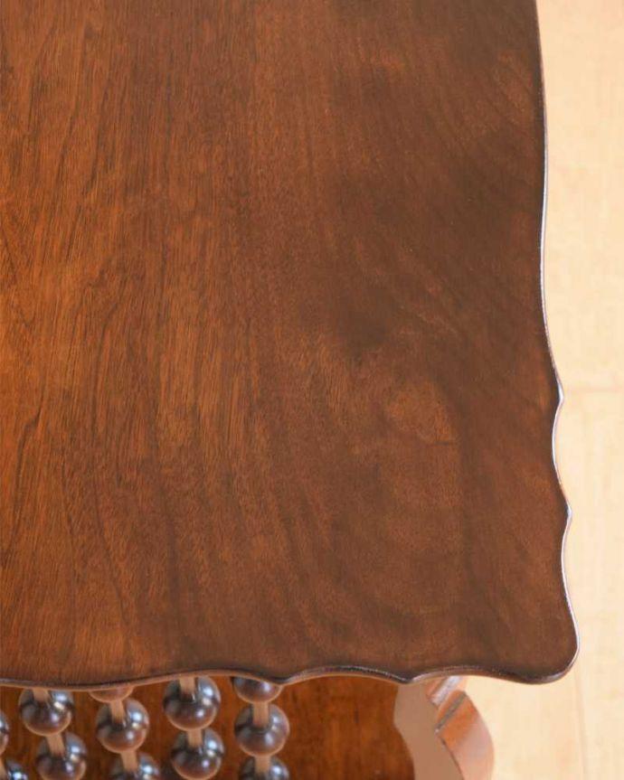 アンティークのテーブル アンティーク家具 天板のかたちも優雅なアンティーク家具、イギリスで見つけたサイドテーブル。天板を近づいてみると…アンティークだから手に入れることが出来る天板に使われている銘木の美しさにうっとりです。(q-1627-f)