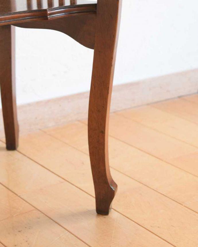 アンティークのテーブル アンティーク家具 天板のかたちも優雅なアンティーク家具、イギリスで見つけたサイドテーブル。持ち上げなくても移動できます!Handleのアンティークは、脚の裏にフェルトキーパーをお付けしていますので、床を滑らせてれば移動が簡単です。(q-1627-f)