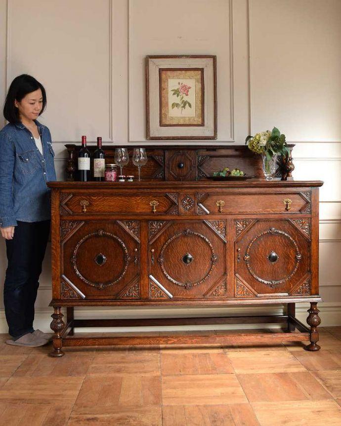 サイドボード アンティーク家具 彫刻が美しい高級感たっぷりなサイドボード、アンティークの英国輸入家具。英国アンティーク家具らしい重厚なオトナの美しさ重厚感のあるドッシリとした雰囲気の彫がたっぷり入ったサイドボード、もともとはダイニングでサーブ用に使われていた家具です。(q-1636-f)