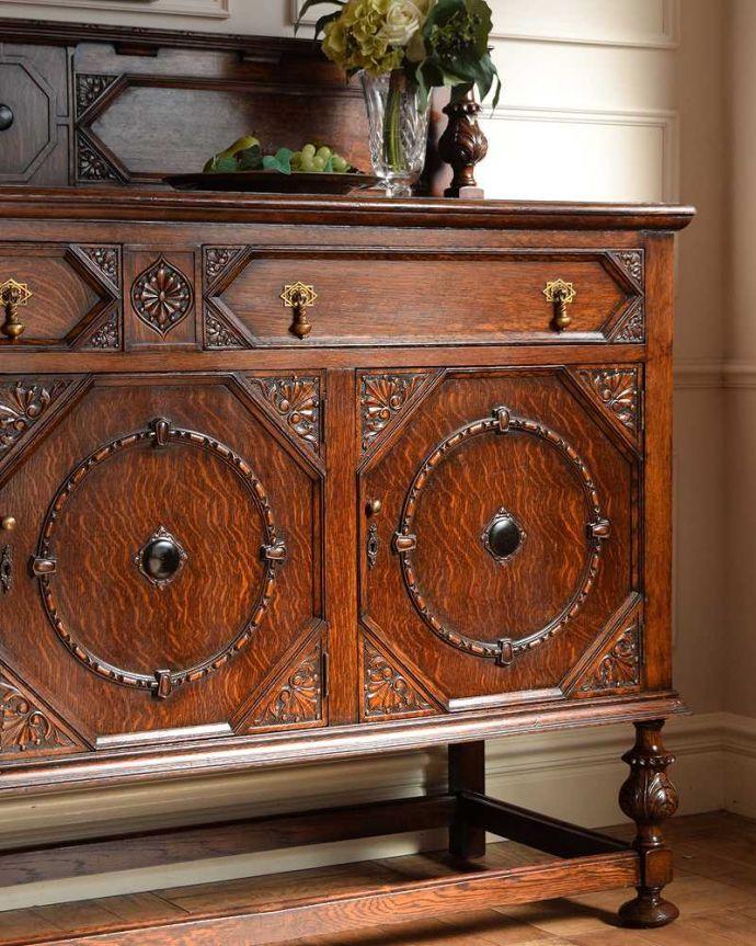 サイドボード アンティーク家具 彫刻が美しい高級感たっぷりなサイドボード、アンティークの英国輸入家具。やっぱり魅力は英国らしい彫まだ機械が発達していない時代に、こんなに堅い木材をどうやって加工したんだろう?って不思議になるくらい細かい彫。(q-1636-f)
