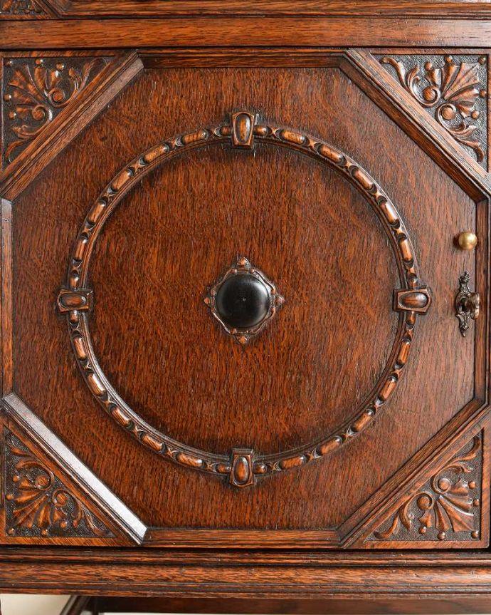 サイドボード アンティーク家具 彫刻が美しい高級感たっぷりなサイドボード、アンティークの英国輸入家具。惚れ惚れするような美しさとっても堅い無垢材に一体どうやって彫っていったんでしょう?アンティークらしく細かい彫りを眺めているだけでうっとりしてしまいます。(q-1636-f)