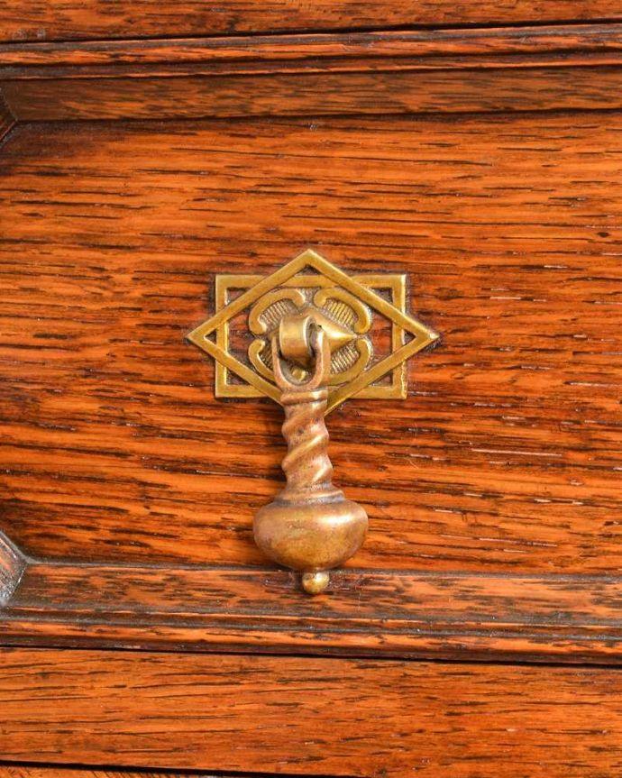 サイドボード アンティーク家具 彫刻が美しい高級感たっぷりなサイドボード、アンティークの英国輸入家具。取っ手にまでアンティークらしさ時間の流れが感じられる凝ったデザインの味わい深い取っ手。(q-1636-f)