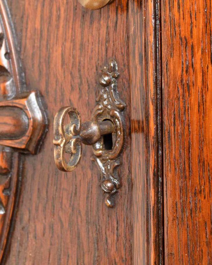 サイドボード アンティーク家具 彫刻が美しい高級感たっぷりなサイドボード、アンティークの英国輸入家具。小さなパーツにもこだわりが鍵もついています。(q-1636-f)