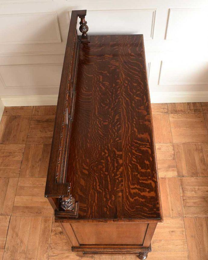 サイドボード アンティーク家具 彫刻が美しい高級感たっぷりなサイドボード、アンティークの英国輸入家具。上から見てるとこんな感じです。(q-1636-f)