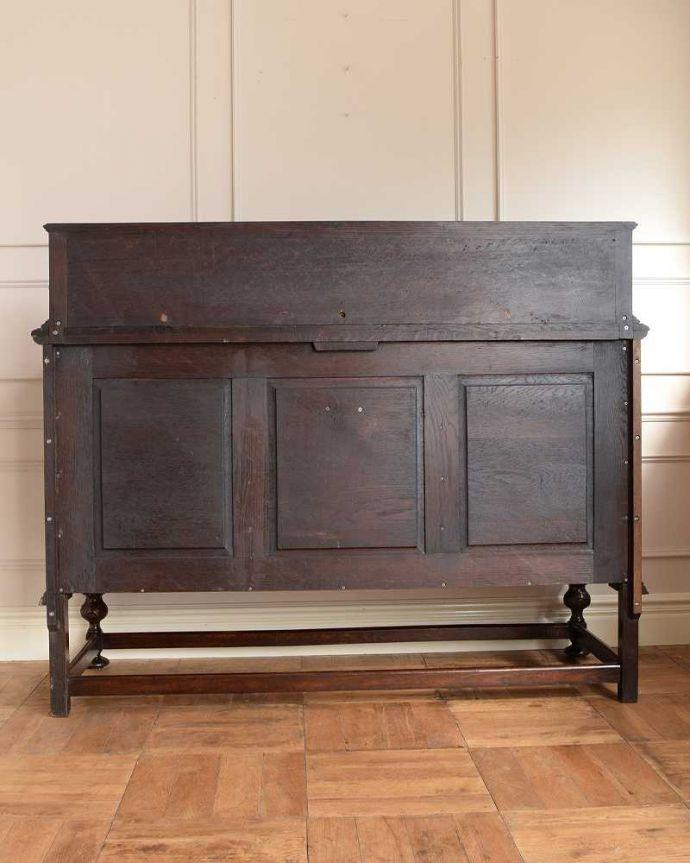 サイドボード アンティーク家具 彫刻が美しい高級感たっぷりなサイドボード、アンティークの英国輸入家具。さらに後ろ姿もチェックアンティークは新品ではないので、もちろん経年変化によるキズはありますが、専門の職人がキレイに修復しました。(q-1636-f)