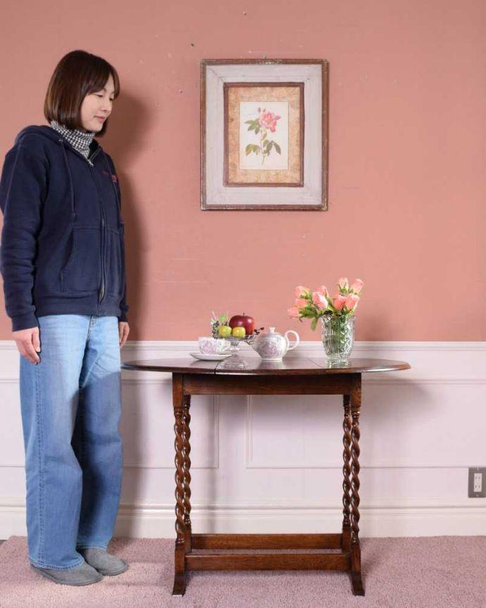 q-1656-f アンティークテーブルのモデル入り