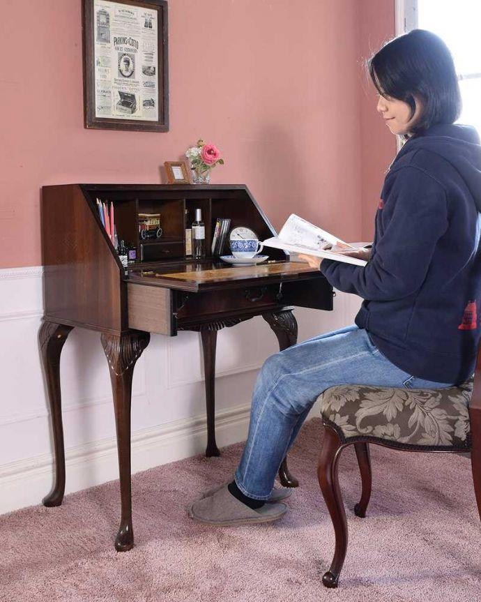 q-1690-f アンティークビューローのモデル入り(椅子に座って)