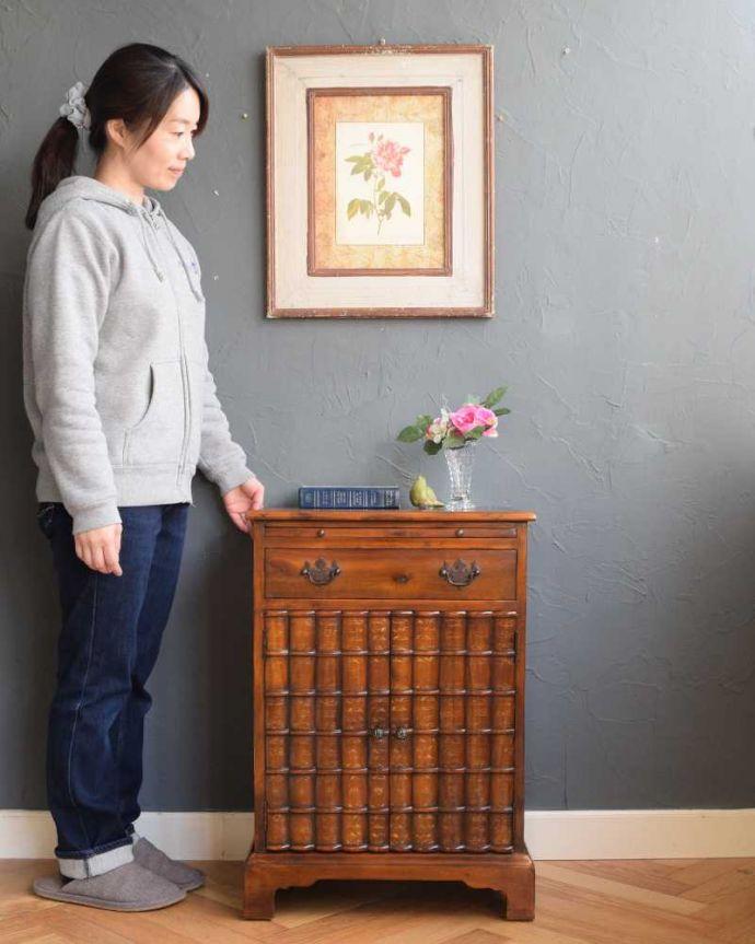 アンティークのキャビネット アンティーク家具 英国で見つけた珍しいサイドキャビネット、どこにでも置けるコンパクトなアンティーク家具。高級感がある女性らしい優しいシルエットどんな場所にも置けるコンパクトなサイズ。(q-1696-f)