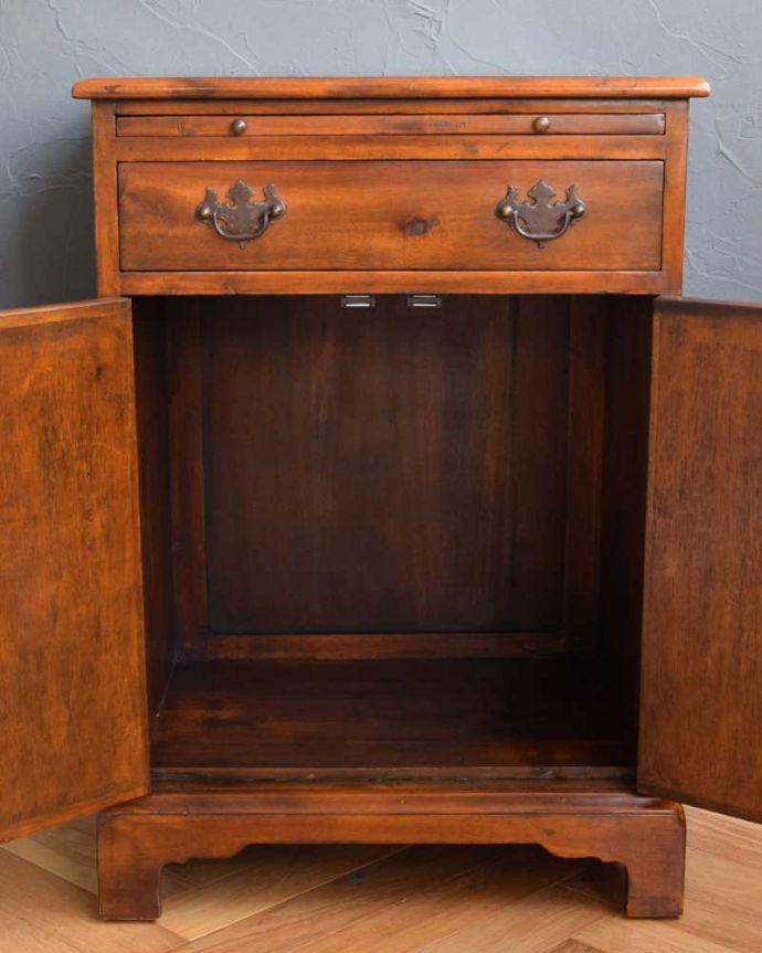 アンティークのキャビネット アンティーク家具 英国で見つけた珍しいサイドキャビネット、どこにでも置けるコンパクトなアンティーク家具。扉を開けて中を見てみると…職人がキレイに修復したので、扉の中もキレイです。(q-1696-f)