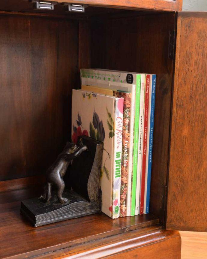 アンティークのキャビネット アンティーク家具 英国で見つけた珍しいサイドキャビネット、どこにでも置けるコンパクトなアンティーク家具。扉の中は収納たっぷりA4サイズの雑誌までしっかり収納出来ちゃう大きさ。(q-1696-f)