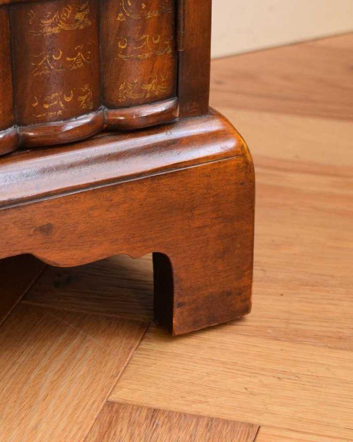 アンティークのキャビネット アンティーク家具 英国で見つけた珍しいサイドキャビネット、どこにでも置けるコンパクトなアンティーク家具。女性1人でラクラク運べちゃうんですHandleのアンティークは、脚の裏にフェルトキーパーをお付けしています。(q-1696-f)