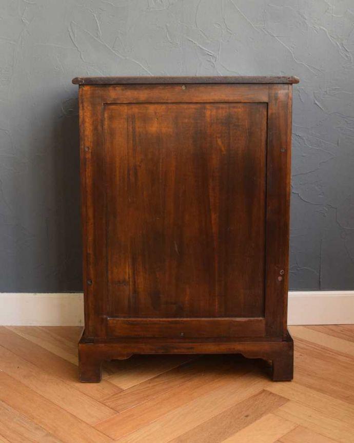 アンティークのキャビネット アンティーク家具 英国で見つけた珍しいサイドキャビネット、どこにでも置けるコンパクトなアンティーク家具。後ろ姿にも自信がありますアンティークは新品ではないので経年変化によるキズはありますが、専門の職人が修復したので後ろ姿までキレイです。(q-1696-f)