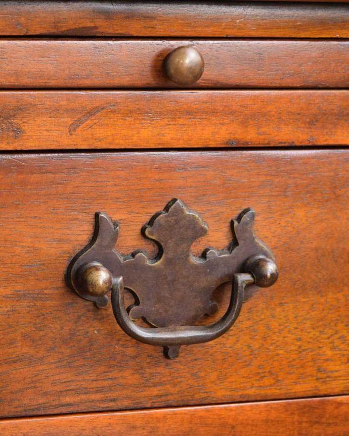 アンティークのキャビネット アンティーク家具 英国で見つけた珍しいサイドキャビネット、どこにでも置けるコンパクトなアンティーク家具。開ける度にワクワク・・・引き出しの取っ手を持って開ける度にまるで宝箱を開ける気分です。(q-1696-f)
