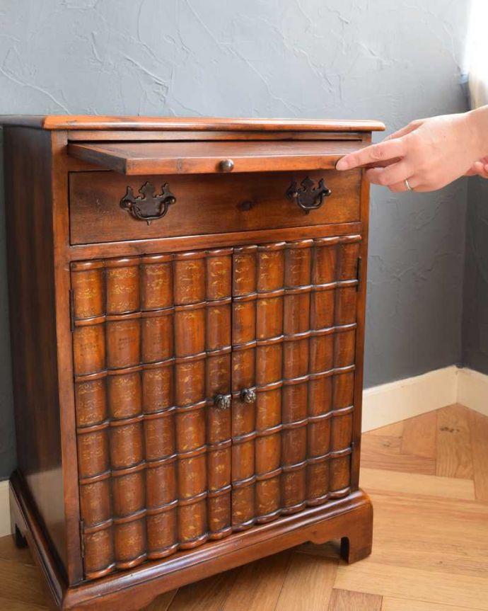 アンティークのキャビネット アンティーク家具 英国で見つけた珍しいサイドキャビネット、どこにでも置けるコンパクトなアンティーク家具。便利に使える作業台付き引っ張り出すと、ちょっとモノを置いて使うのに便利なスライドトレイが出てきます。(q-1696-f)