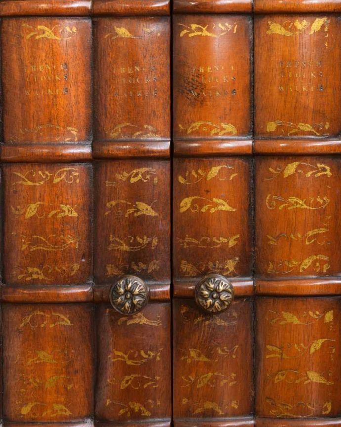 アンティークのキャビネット アンティーク家具 英国で見つけた珍しいサイドキャビネット、どこにでも置けるコンパクトなアンティーク家具。扉は職人のこだわりのデザイン本モチーフの扉が素敵。(q-1696-f)