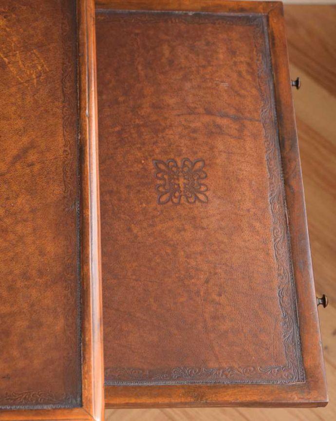 アンティークのキャビネット アンティーク家具 英国で見つけた珍しいサイドキャビネット、どこにでも置けるコンパクトなアンティーク家具。デスクの天板を見てみると・・・気になる天板部分もキレイにお直ししました。(q-1696-f)