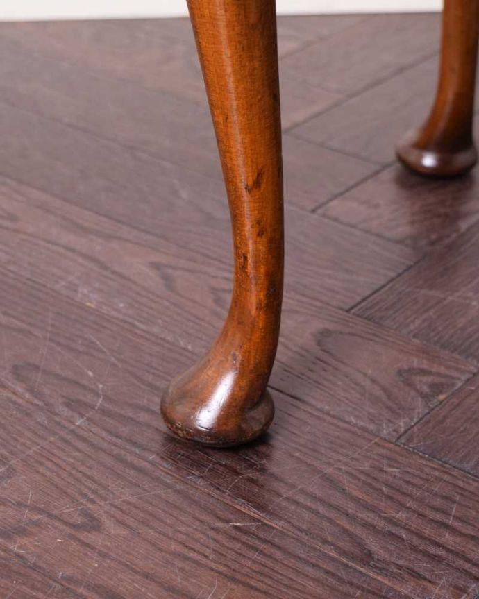 アンティークのチェスト アンティーク家具 アンティークの英国輸入家具、伸張式の天板付きのベットサイドチェスト。女性1人でラクラク運べちゃうんですHandleのアンティークは、脚の裏にフェルトキーパーをお付けしています。(q-1698-f)