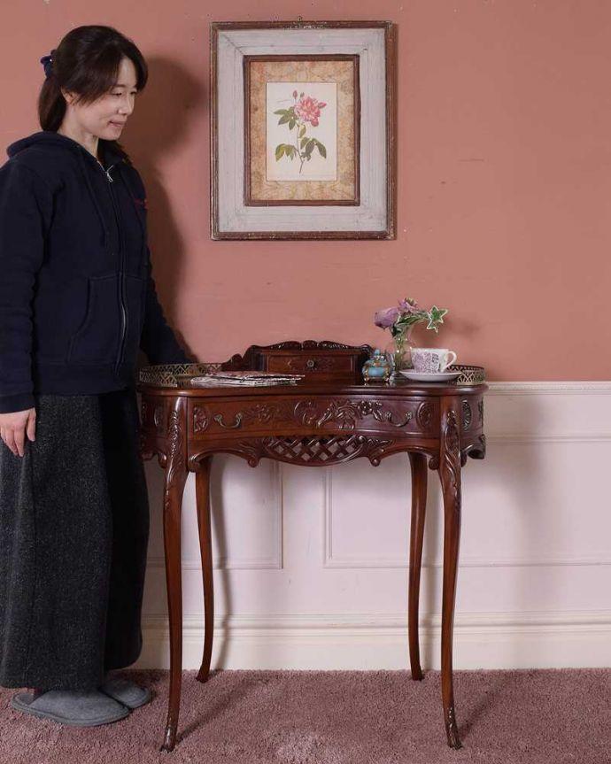アンティークのデスク・書斎机 アンティーク家具 お花の彫りが美しい英国で見つけたアンティークライティングテーブル(デスク)。優雅な雰囲気に包まれるエレガントなデスク気品が漂う大人のためのアンティークデスクは、置いてあるだけで優雅な雰囲気です。(q-1702-f)