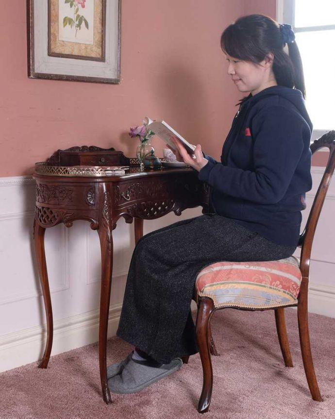 アンティークのデスク・書斎机 アンティーク家具 お花の彫りが美しい英国で見つけたアンティークライティングテーブル(デスク)。自分だけのちょっと贅沢な時間大人のデスクに座るだけで自分だけの時間が作れるから、毎日がちょっとだけ贅沢になります。(q-1702-f)
