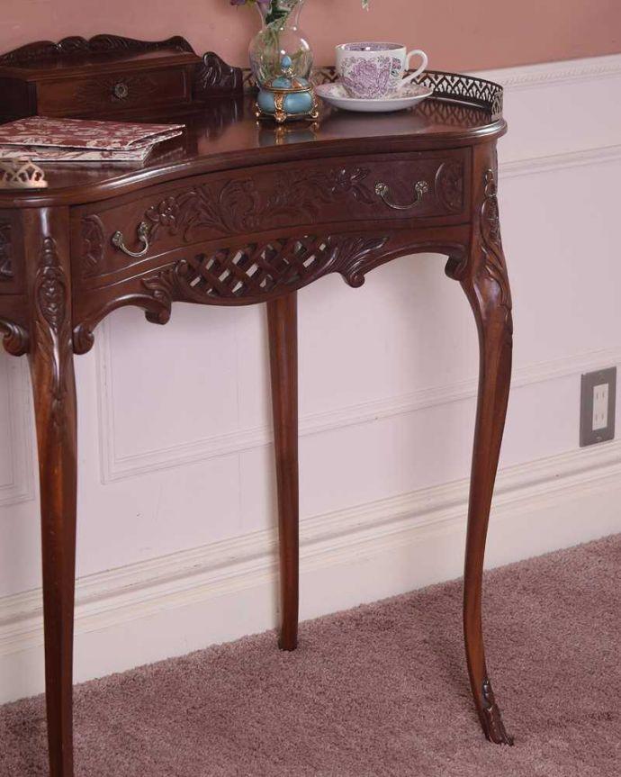 アンティークのデスク・書斎机 アンティーク家具 お花の彫りが美しい英国で見つけたアンティークライティングテーブル(デスク)。アンティークらしい銘木の木目の美しさ本来、機能的に使われる家具デスクも、アンティークだと木目の美しさが楽しめる家具に。(q-1702-f)