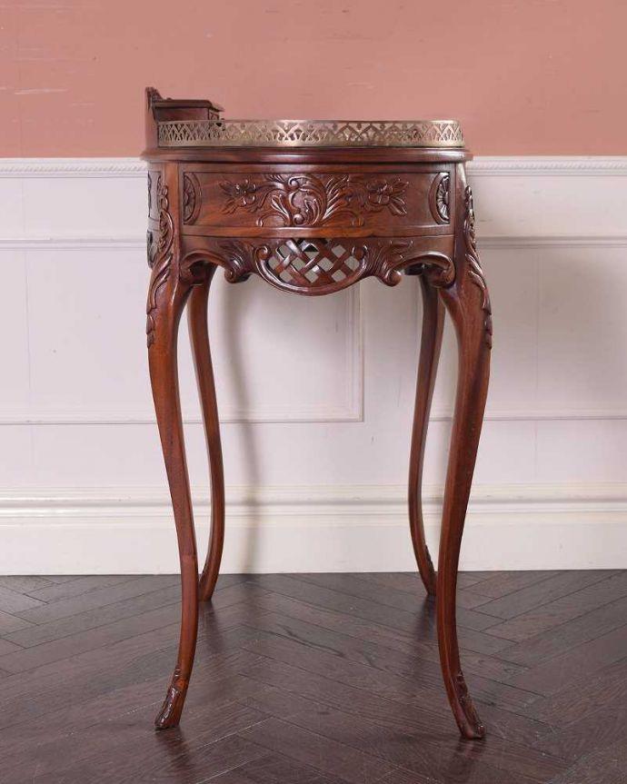 アンティークのデスク・書斎机 アンティーク家具 お花の彫りが美しい英国で見つけたアンティークライティングテーブル(デスク)。横顔も美しいですもちろん横から見られても自信があります。(q-1702-f)