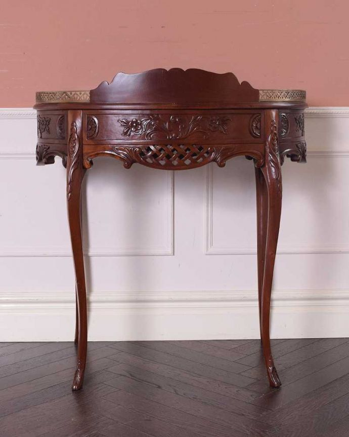 アンティークのデスク・書斎机 アンティーク家具 お花の彫りが美しい英国で見つけたアンティークライティングテーブル(デスク)。後ろ姿もキレイなんです。(q-1702-f)