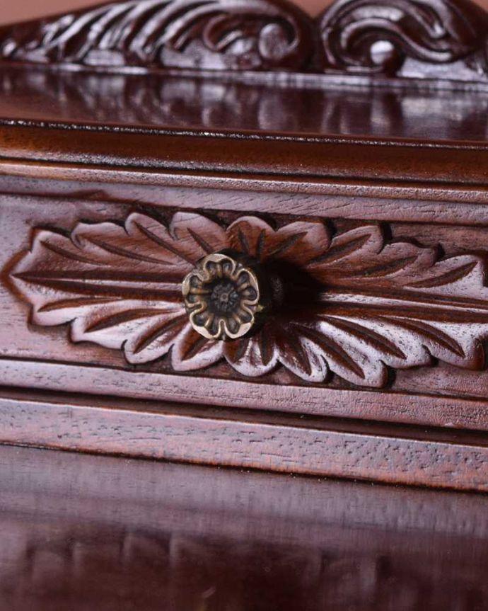 アンティークのデスク・書斎机 アンティーク家具 お花の彫りが美しい英国で見つけたアンティークライティングテーブル(デスク)。アンティークらしい取っ手取っ手のデザインもアンティーク家具は美しいんです。(q-1702-f)