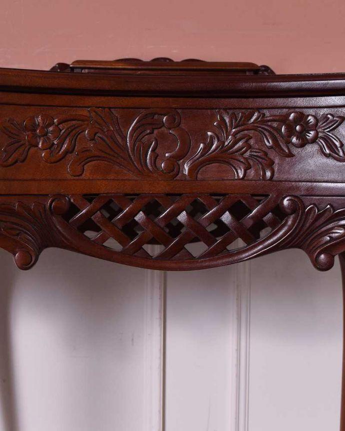 アンティークのデスク・書斎机 アンティーク家具 お花の彫りが美しい英国で見つけたアンティークライティングテーブル(デスク)。惚れ惚れするような美しさとっても堅い無垢材に一体どうやって彫っていったんでしょう?アンティークらしく細かい彫りを眺めているだけでうっとりしてしまいます。(q-1702-f)