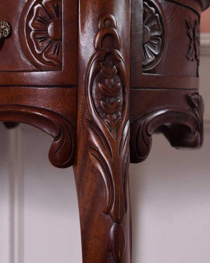 アンティークのデスク・書斎机 アンティーク家具 お花の彫りが美しい英国で見つけたアンティークライティングテーブル(デスク)。至る所に繊細な彫いろんな彫のデザインがありますが、個人的に美しいと思える女性らしく優雅なデザインを選んできました。(q-1702-f)