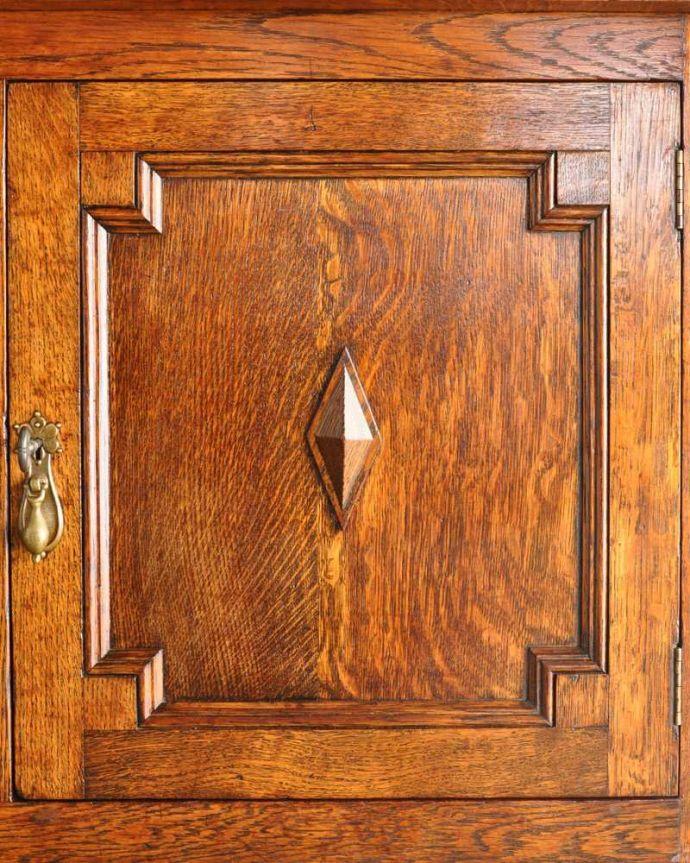 アンティークのキャビネット アンティーク家具 アンティークの英国家具、飾ったアイテムを惹き立てるウェルッシュドレッサー。いろんな場所にこだわりこんなに堅い無垢材に一体どうやって彫ったんだろう?と不思議になるくらい細かい彫にうっとりです。(q-1733-f)