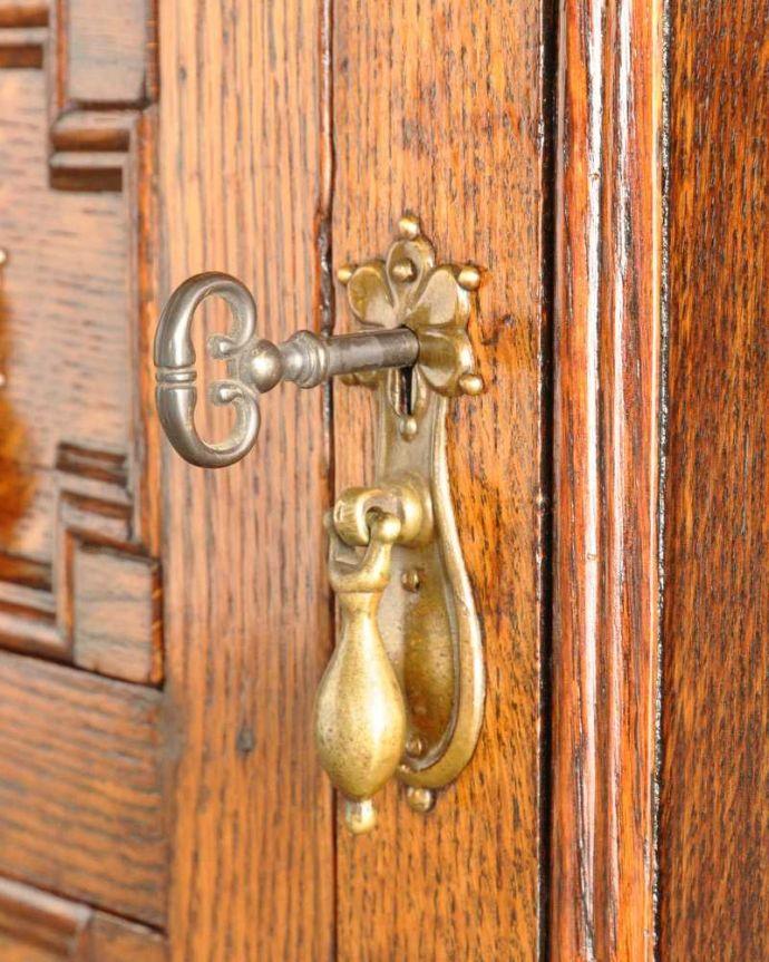 アンティークのキャビネット アンティーク家具 アンティークの英国家具、飾ったアイテムを惹き立てるウェルッシュドレッサー。扉を開ける度にワクワク美しいデザインの取っ手。(q-1733-f)