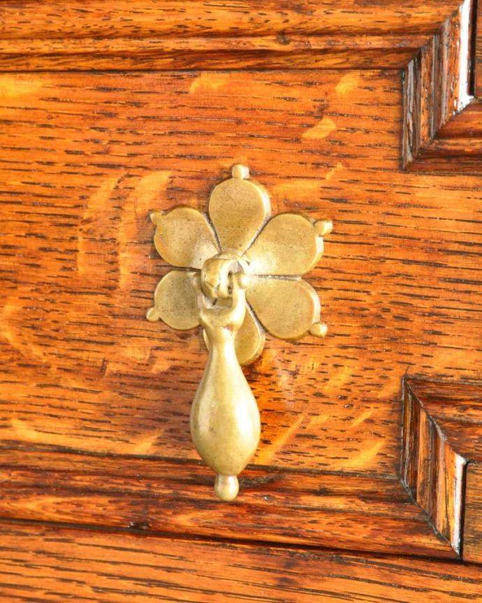 アンティークのキャビネット アンティーク家具 アンティークの英国家具、飾ったアイテムを惹き立てるウェルッシュドレッサー。アンティークらしい取っ手キチンとお直ししてありますので、開け閉めもスムーズです。(q-1733-f)