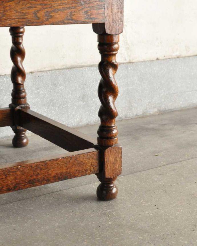 アンティークのキャビネット アンティーク家具 アンティークの英国家具、飾ったアイテムを惹き立てるウェルッシュドレッサー。女性1人でもラクに運べちゃうヒミツHandleのアンティークは、脚の裏にフェルトキーパーをお付けしているので、床を滑らせれば女性でも移動がカンタンに出来ます!ご安心下さい。(q-1733-f)