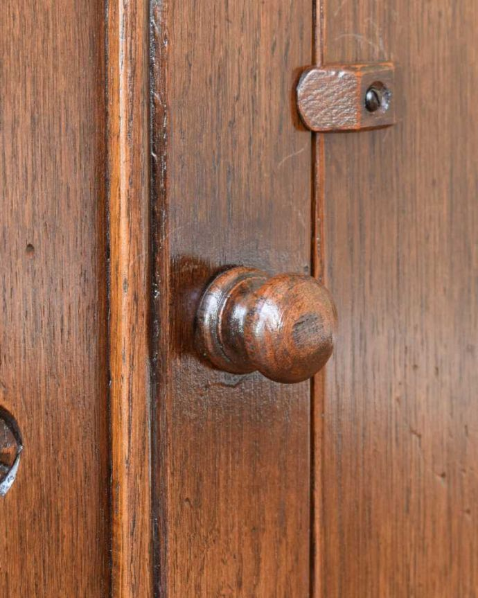 q-1741-f アンティークウェルシュドレッサーの扉面の取っ手