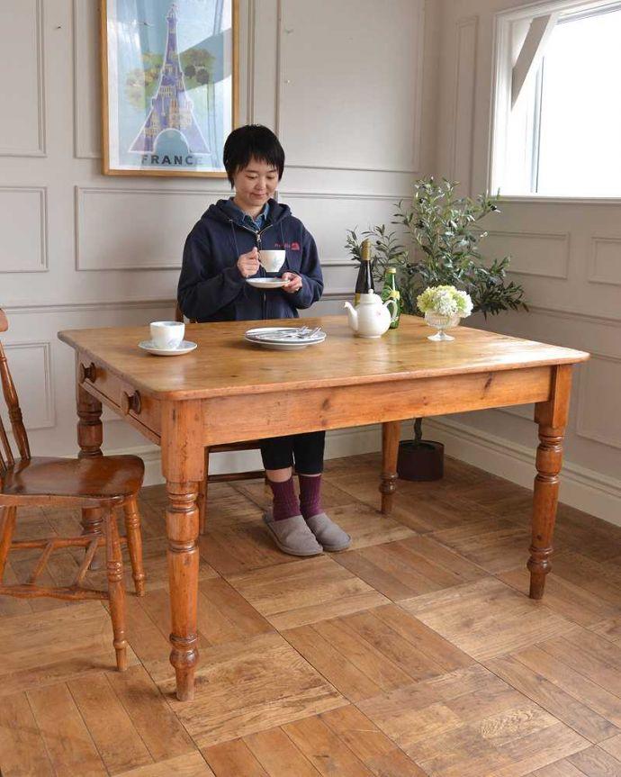 アンティークのテーブル アンティーク家具 パイン材のアンティーク家具、引き出し付きダイニングテーブル。ほっこりとした表情に癒されますオールドパイン材のテーブルは、独特の木目が特長。(q-1781-f)