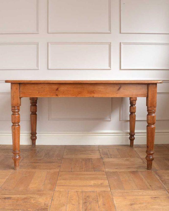 アンティークのテーブル アンティーク家具 パイン材のアンティーク家具、引き出し付きダイニングテーブル。こっち側もキレイです!アンティークは新品ではないので経年変化によるキズはありますが、専門の職人がしっかり修復したので360度どの角度から見てもキレイです。(q-1781-f)